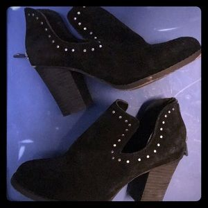Chinese Laundry cut out bootie 8.5